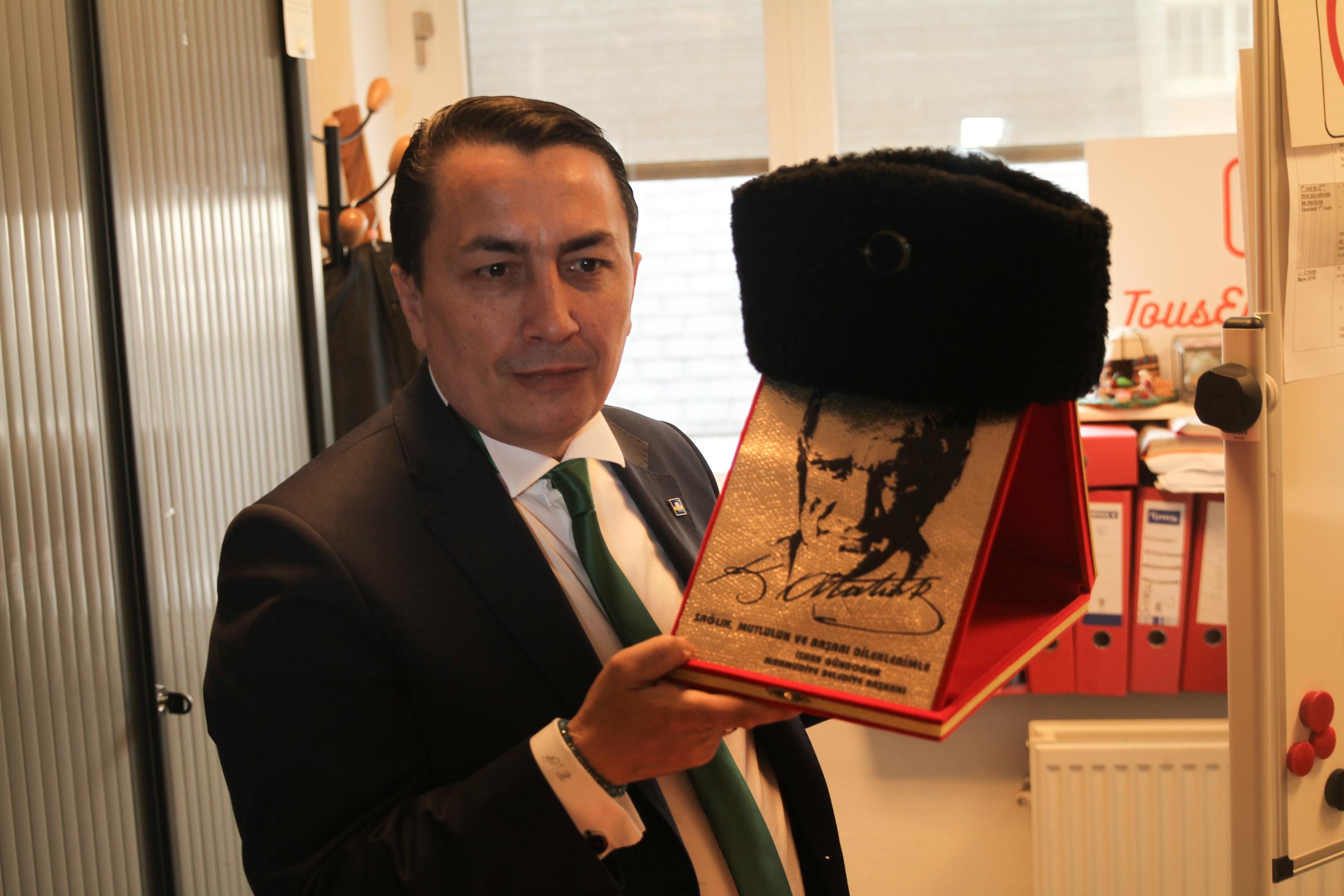 Özkara ofisini ziyaret edenlere Atatürk'ü ve Kurtuluş Savaşını anlatıyor. Osmanlı'dan alınan mirasın Türk toplumu tarafından sahip çıkıldığını vurguluyor.